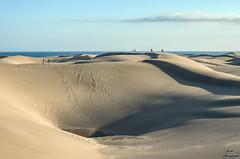 Duneando por Maspalomas... (Leo ☮) Tags: dunas dunes arena sand cielo sky blue azul mar sea gente people marzo march color luz light maspalomas playadelinglés grancanaria islascanarias