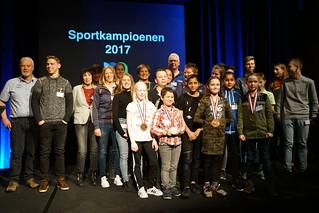 Wethouder Coby van der Pas huldigd Sportkampioenen in t Spectrum in Schijndel en er wordt voor de laatste keer de Los Klos uitgereikt aan Bart Eijkemans oud wethouden van Sport in Schijndel