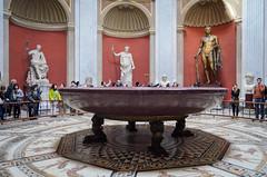 Porphyrschale und Kolossalstatuen (Markus Wollny) Tags: city vatikan rom cittàdelvaticano vatikanstadt it
