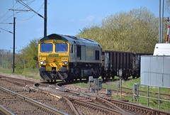 Freightliner 66548 at Foxton, reversing the 09.18 working from Willesden Euroterminal into the Exchange Sidings where the loco will run around the train and continue the short distance to Barrington. 18 04 2018 (pnb511) Tags: diesel loco locomotive trains barringtonlightrailway barrington quarry freight train track class66 points ohc catenary railings sky blue c