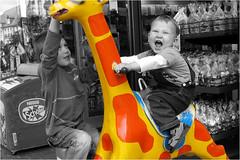 Der elektrische Reiter (BlueBreeze) Tags: red rot yellow gelb giraffe theelectrichorseman thebiggestgroup derelektrischereiter