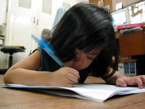 young girl writing scribbling Pinoy Filipino Pilipino Buhay  people pictures photos life Philippinen  菲律宾  菲律賓  필리핀(공화국) Philippines