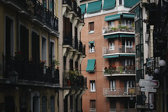 Spotlight (Trang  C-Cat ) Tags: madrid architecture spanish europe spain buildings lifestyle life street streetphotography streetlife colors red green nikon d3300 corner balconies