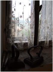 Luce delicata e un po' rtro (cinzia_t) Tags: window finestra oldstuff vecchiecose cinziat alarecherchedutempperdu