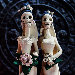 Las hermanas (Simon Crubellier) Tags: uk england london canon skeleton eos death bride europe gothic clay mementomori figures eos20d calavera calaca simoncrubellier i500 interestingness388 houseofguadalupe