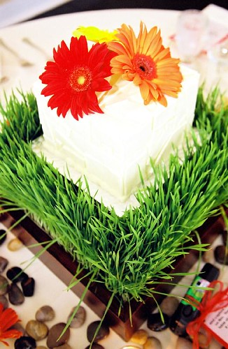 Wedding flowers table decoration Wedding cake centerpieces