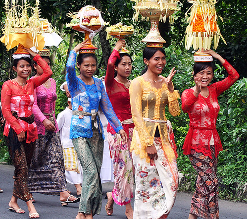 Traditional Sundanese Kebaya Javanese wedding costume bride wearing Kebaya