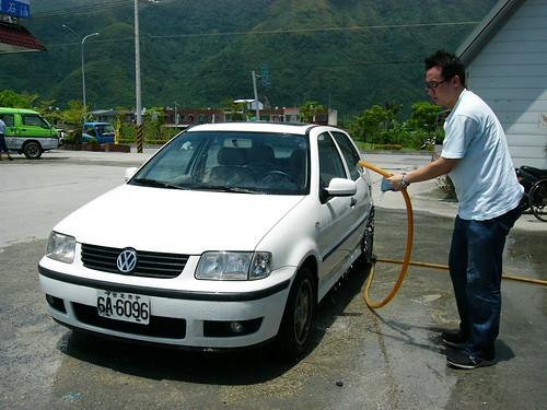 加油站的免費洗車大水管