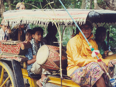 20020908 4 Sambi 1 Andong -  Andong Gamelan (Indrani Soemardjan) Tags: 2002 wedding indonesia mom java dad traditional mum jogja yogyakarta yogya jogjakarta ibu indi rani javanese bapak 2002q3 djokdja djokdjakarta
