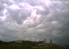 tempesta sobre girona (Jofre Ferrer) Tags: storm clouds catedral girona nubes nuage nuvols tempesta mammatus tempestad justclouds