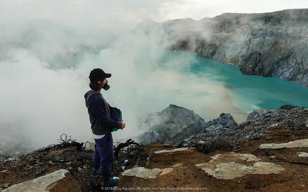 Mặt nạ phòng độc là đồ không thể thiếu khi đi tới Mt.Ijen