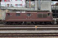 BLS Lötschbergbahn Lokomotive Re 4/4 180 mit Taufname Ville de Neuchâtel ( Hersteller SLM Nr. 4900 - BBC - Ehemals Bern - Neuenburg - Bahn BN -  Neu UIC Re 425 - Inbetriebnahme 1972 ) am Bahnhof Spiez im Kanton Bern der Schweiz (chrchr_75) Tags: christoph hurni chrchr75 chrchr chriguhurni chriguhurnibluemailch märz 2018 schweiz suisse switzerland svizzera suissa swiss albumbahnenderschweiz albumbahnenderschweiz20180106schweizer bahnen bahn eisenbahn train treno zug chrigu bls lötschbergbahn re 44 brau schweizer albumblslötschbergbahn albumblsre44 albumbahnblslötschbergbahn juna zoug trainen tog tren поезд lokomotive паровоз locomotora lok lokomotiv locomotief locomotiva locomotive railway rautatie chemin de fer ferrovia 鉄道 spoorweg железнодорожный centralstation ferroviaria albumbahnhofspiez bahnhof spiez kantonbern berner oberland
