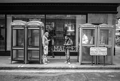 des cabines et des hommes (Jack_from_Paris) Tags: r0003018bw ricoh gr 28mm apsc capture nx2 lr monochrom noiretblanc street bw wide angle travailleur paysage urbain londres london cabine téléphonique telephone uk