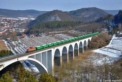 """210 037 by Tomáš Vyplašil - Dne 22.02.2018 se uskutečnila přeprava nových vozů pravděpodobně pro dopravce v Nizozemsku. Z Hodonína do Kutné Hory se vlaku Pn 55942 zhostila lokomotiva 210.037 Kladenské Dopravní Společnosti, která na snímku projíždí na známém místě v Dolních Loučkách a to na mostě Míru. Za povšimnutí stojí to, že tentýž den v noci """"žehlička"""" jela již jednou s vlakem do Kutné Hory a zpět. Na snímku veze lokomotiva již třetí vlak přes Vysočinu pod hlavičkou IDS Cargo za uplynulých 24 hodin"""