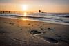 Spuren im Sand (tosch_fotografie) Tags: strand sand sonnenuntergang fus spur seebrücke meer ostsee muscheln fahnen olympus omd em1
