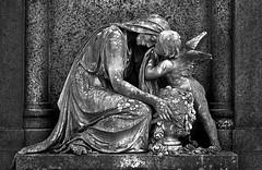 Schönen Karfreitag (ingrid eulenfan) Tags: ingideulenfan leipzig südfriedhof friedhof graveyard statue engel schw blackandwhite grabstelle