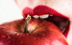 Snow White and the apple   Macro Mondays (rfabregatmoliner) Tags: macromondays onceuponatime mm hmm macro macrophotography nikon nikond750 d750 nikkor 40mm lips red apple princess snowwhite