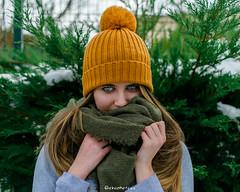 L O O K (Ekaphotoss) Tags: amarilla invierno photo nikon d7500 portait retrato colores colours hat gorro ojos eyes azules blue winter snow nieve