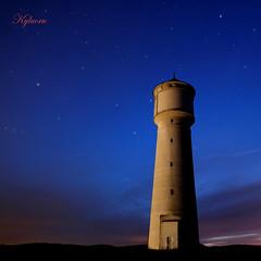 Un phare sans lumière pointait dans la nuit vers le ciel ! / A lighthouse without light pointed to the sky in the night ! (kylucru) Tags: lighthouse phare leuchtturm маяк majakka fyr vuurtoren