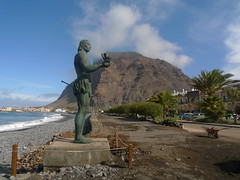 Well placed cloud (Jackie & Dennis) Tags: hautacuperche lagomera vallegranrey beach playa statue bronze cloud incense