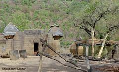 Maison à tourelles, Tamberma village, Koutammakou, Togo (Sekitar) Tags: westafrika west africa ouest afrique togo unesco patrimoine mondial world heritage wehrburgen château fort benteng tamberma village koutammakou