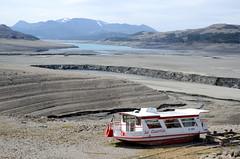 En attendant la fonte des neiges... (RarOiseau) Tags: lac lacdeserreponçon bateau rivière gris hautesalpes savineslelac paca hiver v2500