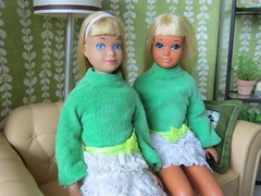 Girls in green (Foxy Belle) Tags: skipper doll mid vintage blonde bangs lace green living room diorama 16 scale dollhouse miniature same dress malibu 1960s 1970s straight leg mattel barbie velure white mini sofa scene wallpaper lamp shelf