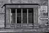 Rue Sainte-Croix, L'Isle-en-Dodon (Ivan van Nek) Tags: ruesaintecroix lisleendodon hautegaronne 31 france frankreich frankrijk occitanie midipyrénées doorsandwindows ramenendeuren nikond3200 d3200 zwartwit noiretblanc nb bw blackandwhite schwarzweis monochrome architecture architectuur facade lefousseret mazdapiles