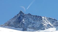 Moonflight (Redederfla) Tags: halbmond flugzeug kondensstreifen bergspitze airplane mountain