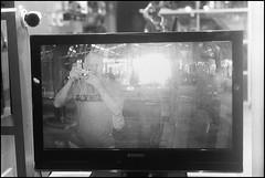 Mamá! salí en la tele!! jeje (mavricich) Tags: noche película pinamar leica latinoamérica luz film fomapan fomadon rangefinder r09 street summicron monocromo monocromático buenosaires monochrome