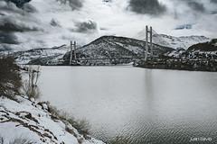 Juan_Llavio_embalse_Barrios_de_Luna_Leon_1 (www.juanllavio.com) Tags: embalse agua nieve puente asturias león cielo arquitectura paisaje montaña árbol