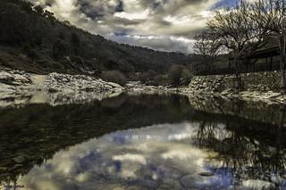 Agua, reflejos y piedras