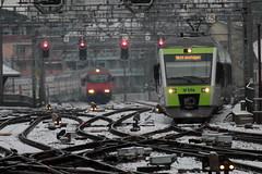 BLS Lötschbergbahn NINA RABe 525 011 - 3 mit Taufname Müntschemier im Refit - Look ( Hersteller Bombardier - Inbetriebnahme 2.0.0.2 - dreiteilig - Triebwagen Triebzug Zug ) am Bahnhof Bern im Kanton Bern der Schweiz (chrchr_75) Tags: albumbahnenderschweiz albumbahnenderschweiz20180106schweizer bahnen bahn eisenbahn train treno zug christoph hurni chrchr75 chrchr chriguhurni chriguhurnibluemailch märz 2018 schweiz suisse switzerland svizzera suissa swiss hurni180321 kantonbern kanton bern albumbahnblslötschbergbahn bls lötschbergbahn juna zoug trainen tog tren поезд lokomotive паровоз locomotora lok lokomotiv locomotief locomotiva locomotive railway rautatie chemin de fer ferrovia 鉄道 spoorweg железнодорожный centralstation ferroviaria