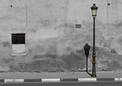 Meknès (hans pohl) Tags: meknès streets rues villes cities lampadaires lamps noiretblanccoloré blackandwhite recoloured maroc