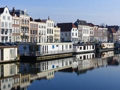 Résidences flottantes - Floating residences (CORMA) Tags: 2018 zeeland zélande hollande nederland paysbas thenetherlands zealand middelburg londensekaai canal kanaal channel reflet reflection