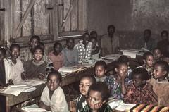 Ethiopia : Hosa'ina, schooltime   #7 (foto_morgana) Tags: africa afrika afrique analogphotography analogefotografie bench childhood children classroom ethiopia fujiprovia100f jeugd jeune jeunesse jong juventud kefa nikoncoolscan omovallei omovalley people photographieanalogue school schooler topazstudio travelexperience vallebajodelomo valléedelomo vuescan young youth