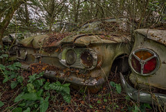 Parking inattendu (L'empreinte du temps) Tags: aventure oublié souvenir memoire temps ancien manfrotto 60d old past passé exploring abandoned architecture abandonné exploration urbex france friche 2018 canon decay patrimoine travel culturel closed rouille ruine ruined frosaker nature végétation car vehicule voiture oldcar