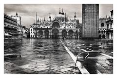Piazza San Marco, Venezia (Air'L) Tags: venise italie place sanmarco piazza noiretblanc bw architecture flickrsbest campanile palais monument nb