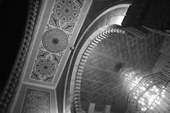 Mosquée à Beirut (Pi-F) Tags: noiretblanc nb bw monochrome beirut beyrouth liban mosquée intérieur décoration plafond voute lustre mosaïque lumière ombre ambiance arche