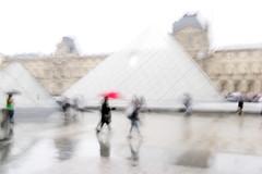 Paris - La Pyramide du Louvre (margot 52) Tags: parigi paris louvre lapyramide pioggia cournapoléon mosso sovraesposizione ieohmingpei