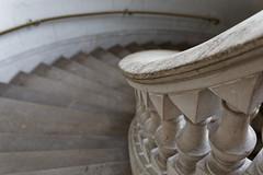 La descente (Guillaume DELEBARRE) Tags: stairs escalier canon 5d4 5dmarkiv ef50f12 50mm museum musée muséedesbeauxarts lille détails details rampe sculpture marches composition curves courbes architecture