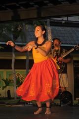 red skirt hula dancer (BarryFackler) Tags: hula hawaiianculture dance art tradition hawaiianheritage keauhoushoppingcenter kailuakona northkona kona outdoor shoppingcenter keauhou bigisland people hawaiiantradition dancing westhawaii tropical hawaii polynesia hawaiicounty island guitar music musician hulashow woman wahine skirt kukuinutnecklace kukuinuts barryfackler barronfackler 2017 smile smiling
