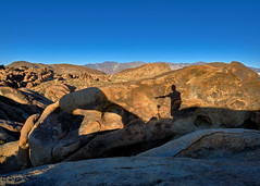 Mobius Arch Selfie - Sunset at Alabama Hills, California (W_von_S) Tags: mobiusarchselfie alabamahills lonepine california kalifornien southwest südwesten usa us vereinigtestaaten unitedstates america amerika landschaft landscape paysage paesaggio natur nature color contrast farbkontrast licht light sony sonyilce7rm2 wvons werner outdoor rocks felsen october oktober 2017 herbst autumn sunset sonnenuntergang composition