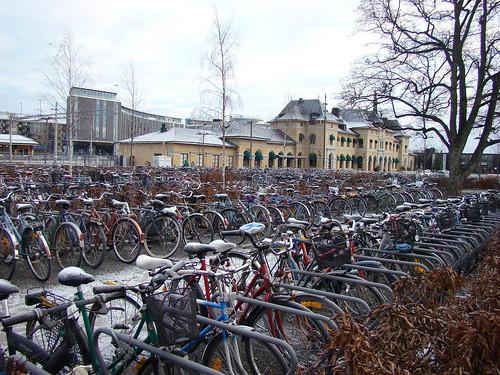 Поле велосипедов на вокзале