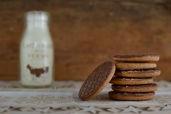 biscuits choco (Chocolatine photos) Tags: biscuits chocolat lait stilllife photo photographesamateursdumonde pdc nikon makemesmile minimaliste flickr