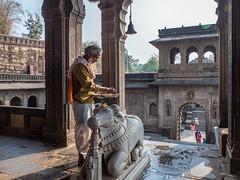 LR Madhya Pradesh 2018-2240189 (hunbille) Tags: birgittemadhyapradesh20182lr ghat ahilyabai ghats ahilyabaighat india madhya pradesh madhyapradesh maheshwar narmada river holy ahilya palace fort temple nandi akhileshwar bell