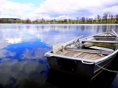Eine Seefahrt die ist lustig... (Antje_Neufing) Tags: boot see kell stausee spiegelung wasserspiegelung reflection himmel wolken wetter rheinlandpfalz