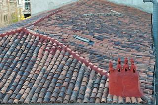 Le toit de tuiles et la cheminée rouge, Rona de Valencia, Embajadores, Madrid, Castille, Espagne.