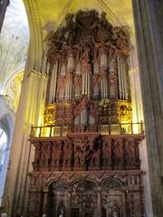 Les orgues (Sur mon chemin, j'ai rencontré...) Tags: séville santacruz andalousie espagne cathédrales cathédralenotredamedusiège biendintérêtculturel patrimoinedelhumanitéparlunesco patrimoinemondialdelunesco unesco biendevaleuruniverselleexceptionnel orgues stylebaroque flickrunitedaward gothique cathédralesantamariadelasède