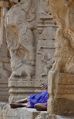 India 2018 - Hampi (Sandrine Vivès-Rotger photography) Tags: india hampi history purple architecture monument unesco inde sleeping resting lady